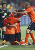 荷兰人跪地拥抱