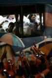球迷包围了大巴车