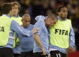 乌拉圭球员互相安慰
