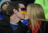 情侣球迷赛前热吻