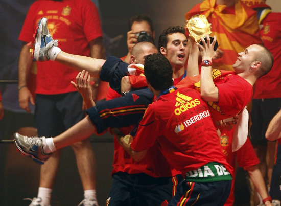 图文-新科冠军西班牙队大游行小心点别摔了