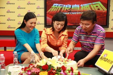 图文-韩乔生携央视名嘴做客三位嘉宾共同切蛋糕