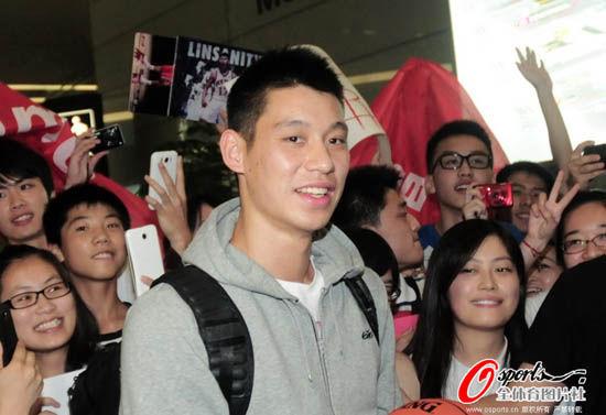 林书豪抵达上海球迷们疯狂追逐