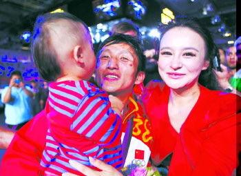邹市明卫冕后与家人庆祝