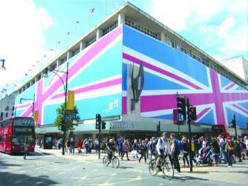 被英国国旗包裹的购物中心 晨报记者 陈江 本版现场图片
