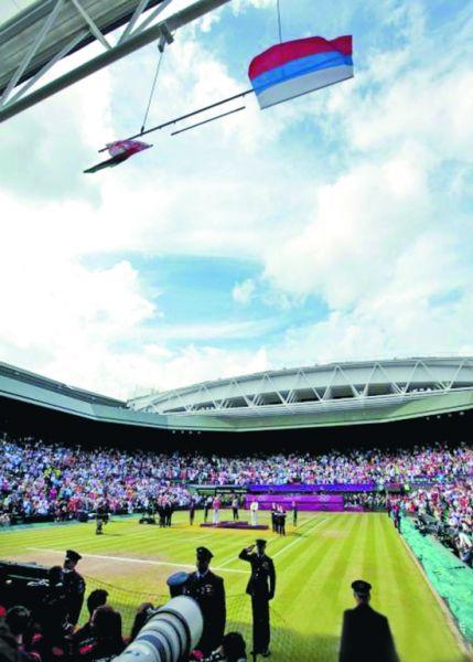 在网球女单的颁奖仪式上,一阵风把美国国旗吹跑了
