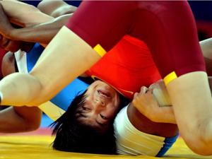 摔跤72KG王娇半决赛17秒速败