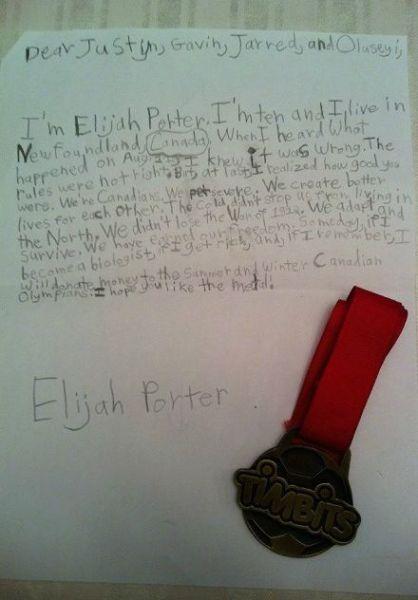 奖牌和信件展示(图片来源:贾斯汀-瓦尔纳推特)