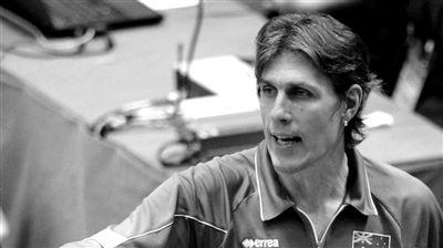 伦敦奥运会男排揭幕战,澳大利亚队主帅乔恩・乌里亚特将与儿子所在的阿根廷队过招。