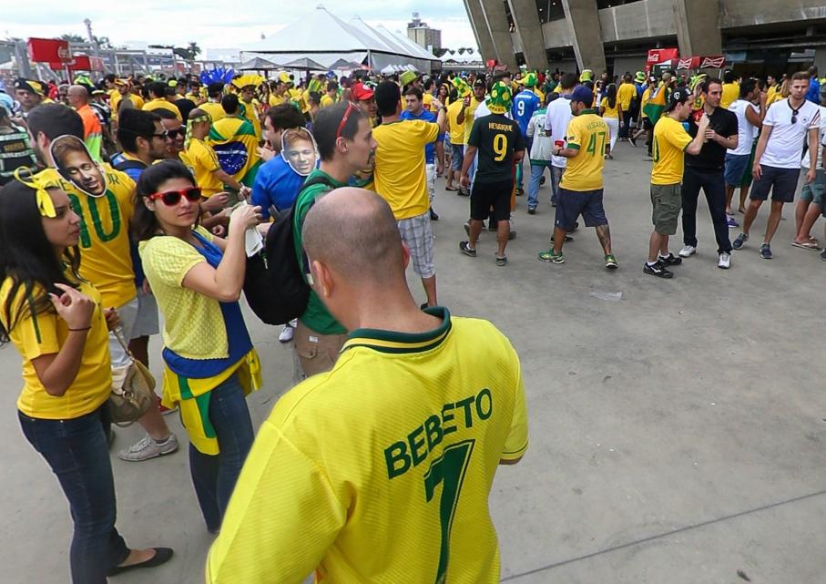 半决赛前巴西球迷云集赛场外