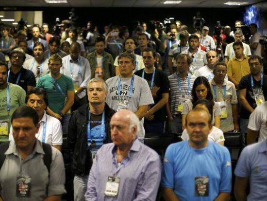 阿根廷发布会哀悼记者