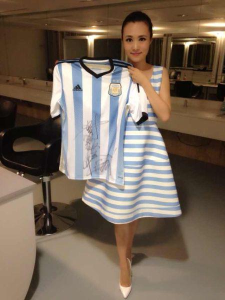 王梁送阿根廷球衣