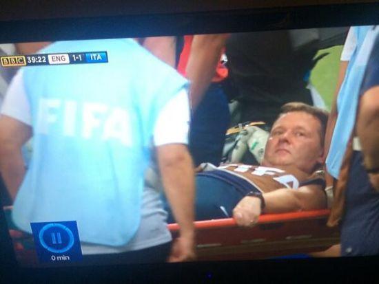 英格兰队医列文被担架抬出场了