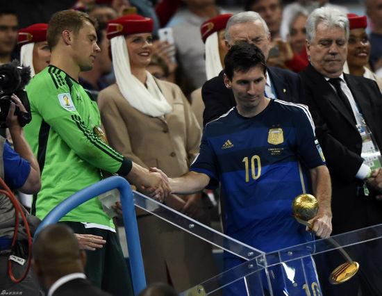 惺惺相惜,赛后诺伊尔与梅西握手