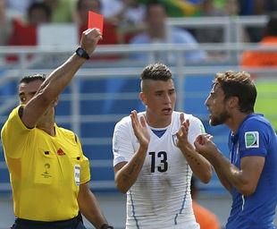 意大利败给争议红牌?布冯狂奔半场抗议主帅斥裁判