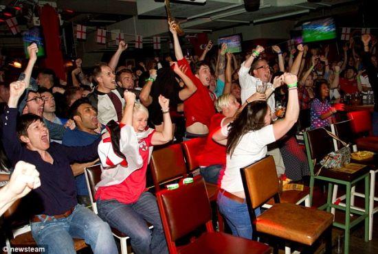 群情激昂的英乌战球迷表现
