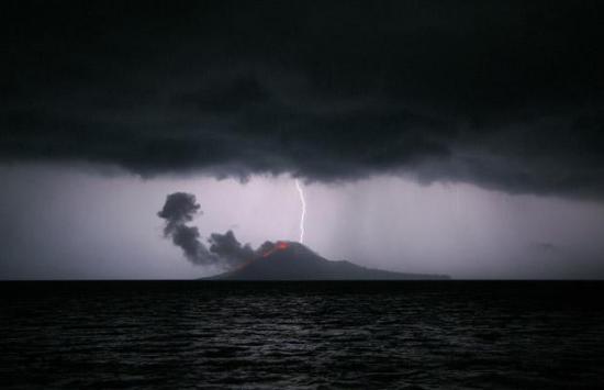 摄影师拍下火山喷发时被闪电击中景象(组图)_科学探索_科技时代_新浪网 - johnie - johnie在这里学习工作生活!