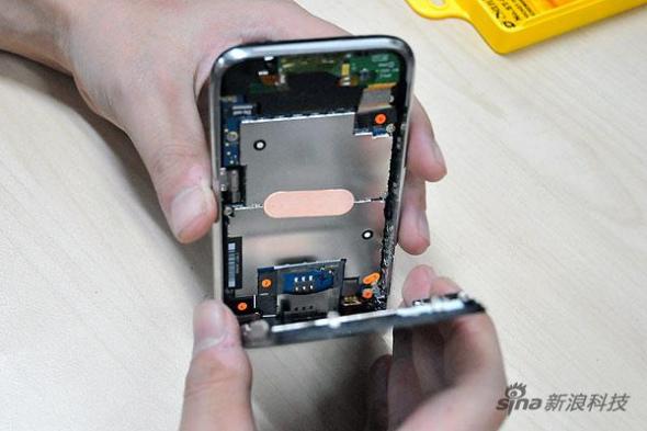 图为:新浪数码拆解联通iPhone 3G