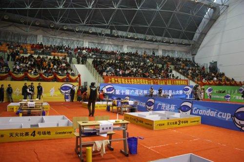 上海工程技术大学体育馆吸引了众多机器人爱好者,全场爆满