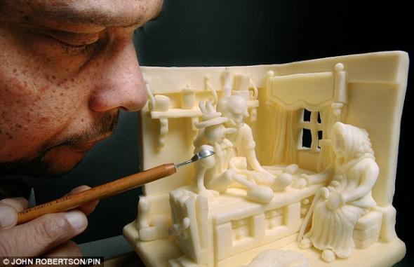 阿斯科拉勒屏息雕刻《木偶奇遇记》中的一个场景,这一雕塑让他在国际厨师烹饪大赛获得一枚金牌。
