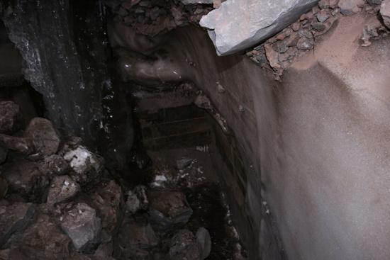 木结构被火山石和冰掩埋,队员进行挖掘令结构外露