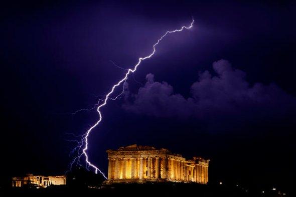 雅典卫城帕台农神庙上空的闪电