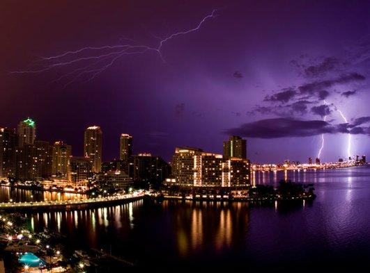 迈阿密南沙滩上空的闪电