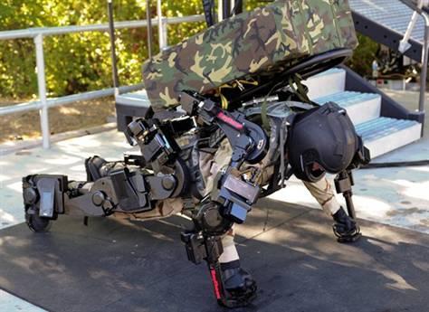 在美国犹他州盐湖城的雷神萨克斯研发设施,XOS 2进行了演示。负责测试工作的工程师莱克斯・加梅森正在做俯卧撑。