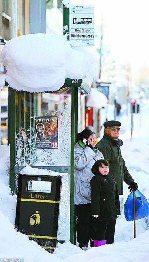 厚厚的积雪曾使苏格兰交通陷入瘫痪,人们出行困难重重。