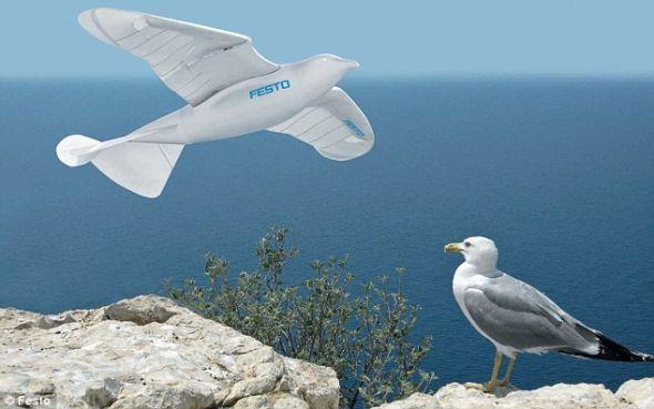 从远处看,SmartBird与真正的鸟没什么两样,让人难辨真伪。