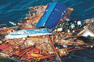 美国海军上月13日拍摄的空照图,显示被日本海啸卷入大平洋的各种残骸漂流在海上。