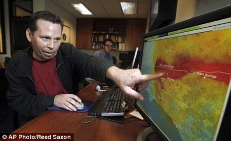 地震分析师安东尼-古尔里诺演示工作中的预警系统,已发出地震警告