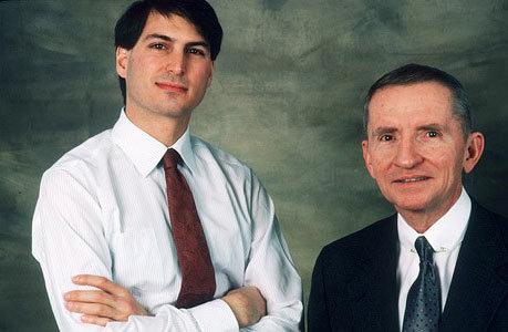 1987年 在与时任苹果CEO的约翰・斯卡利(John Sculley)发生内斗后,乔布斯1985年被苹果解雇。图为他1987年1月与美国前总统候选人罗斯・佩罗(Ross Perot)的合影。
