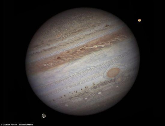 木星及其卫星――木卫三和木卫一的合照,由英国西苏塞克斯西尔塞的业余天文学家达米安-比奇使用望远镜在自家后院拍摄