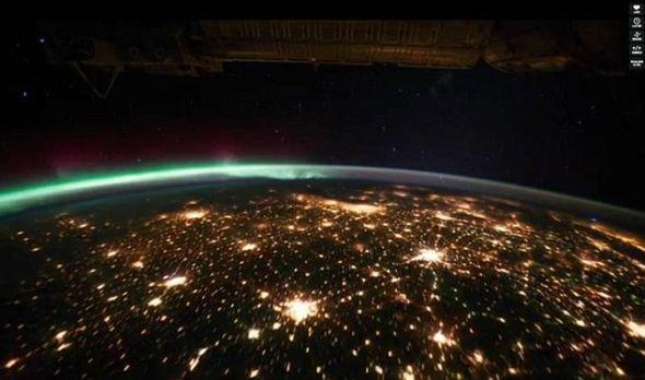 空间站夜间从空中飞过,拍摄到大城市闪烁的灯光