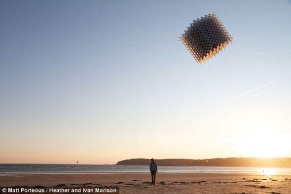 立方体风筝包含了23000多个独立的元件,全部由最新进的轻型材料制成。