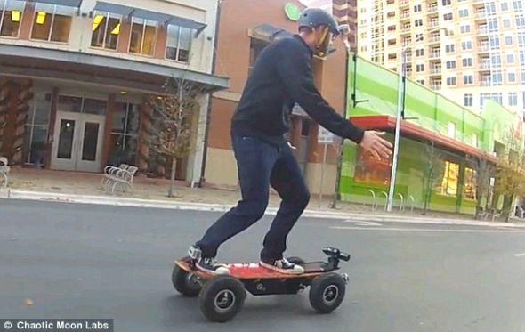 这种智能滑板最高速度可达每小时32英里(约合每小时52公里)。