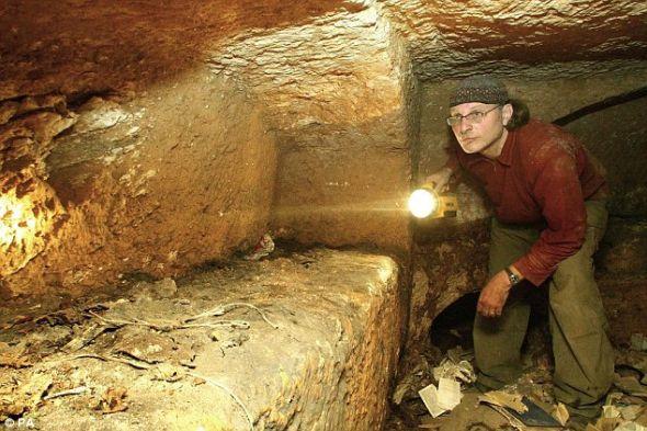 2007年,纪录片导演希姆查-雅各布维奇正对一个墓穴进行勘察