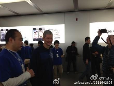 蒂姆库克在听苹果工作人员介绍
