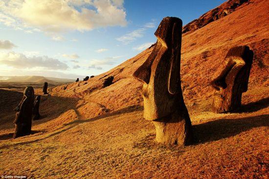 复活节岛上的巨石像,注视着远方的大海。科学家提出了很多理论,解释巨石像如何建造和运输