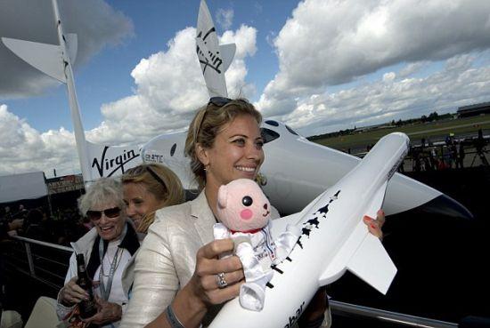 """布兰森的女儿霍丽,手拿""""运载火箭一号""""模型"""