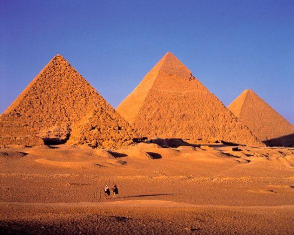 吉萨大金字塔(中)是目前已知最大的金字塔,也是世界七大奇迹之一