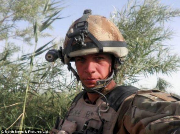 在阿富汗战场上与塔利班组织一次交火中,加斯维特被一枚火箭弹炸掉了右臂。