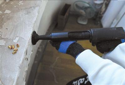 射钉枪被改造成可以射出空包弹。本报记者陶冉摄