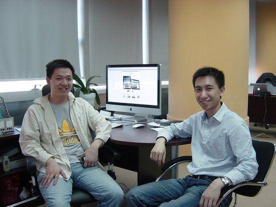 冯华君(左)与校友吴晓丹(右)(新浪科技配图)