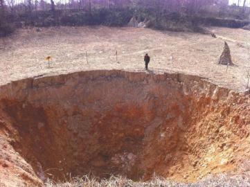 广元三颗村,出现直径20米漏斗状天坑。
