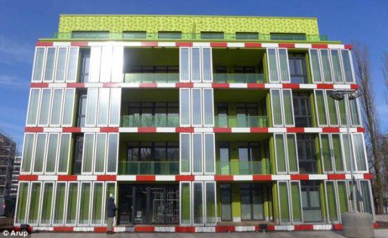 西班牙工程公司Arup设计的建筑,正面镶嵌玻璃装有生物反应器,内有微藻类