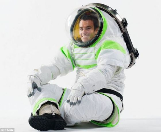 """纳米衣能够起到微型航天服的作用,如果通过""""电子浴""""的方式,这种纳米衣将最终应用于人类宇航员。照片展示了美国宇航局研制的最新航天服"""
