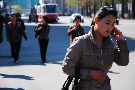 5月1日,平壤街头,一位女性正在用手机打电话 赵晓悦/摄