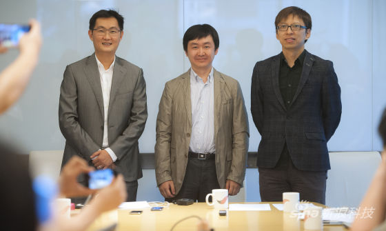 搜狐公司及搜狗公司今天与腾讯共同宣布达成战略合作,图片左起为马化腾、王小川、张朝阳